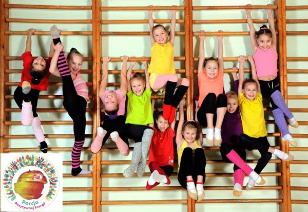 Dzieci wsali gimnastycznej_s