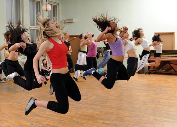 erekcja podczas tańca)