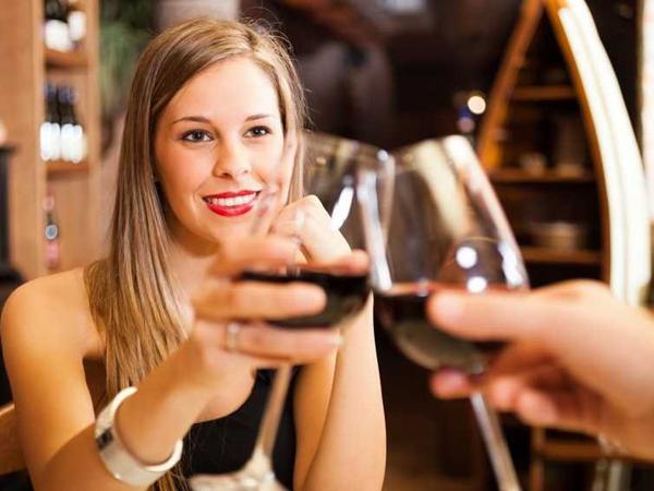 women-drinking-wine-on-a-date