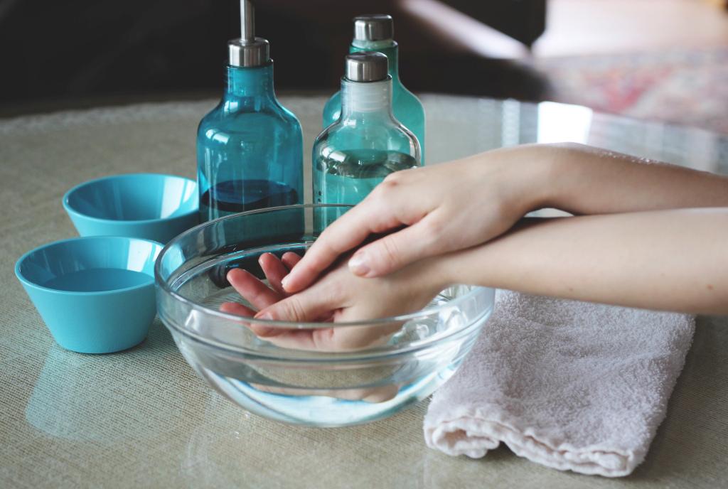 pielęgnacja dłoni olejkami eterycznymi fot.Wirginia Bryll