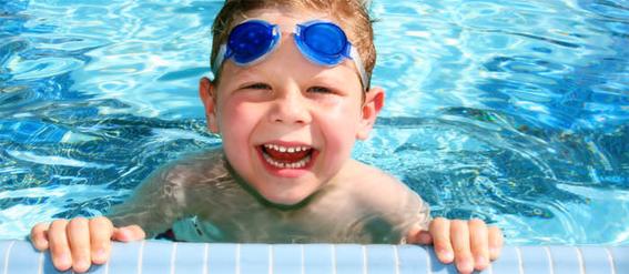 dziecko-w-basenie
