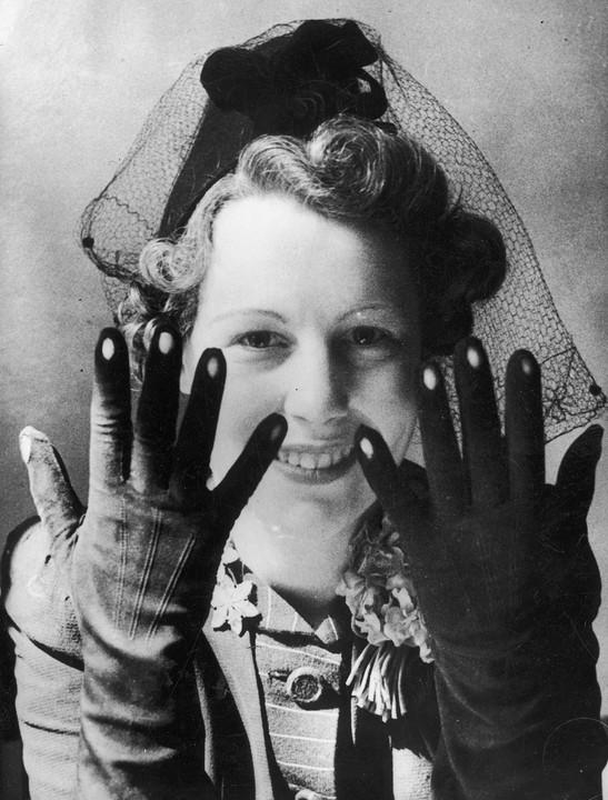 Ostatni krzyk mody! Rękawiczki zotworami, przez które widać polakierowane paznokcie.
