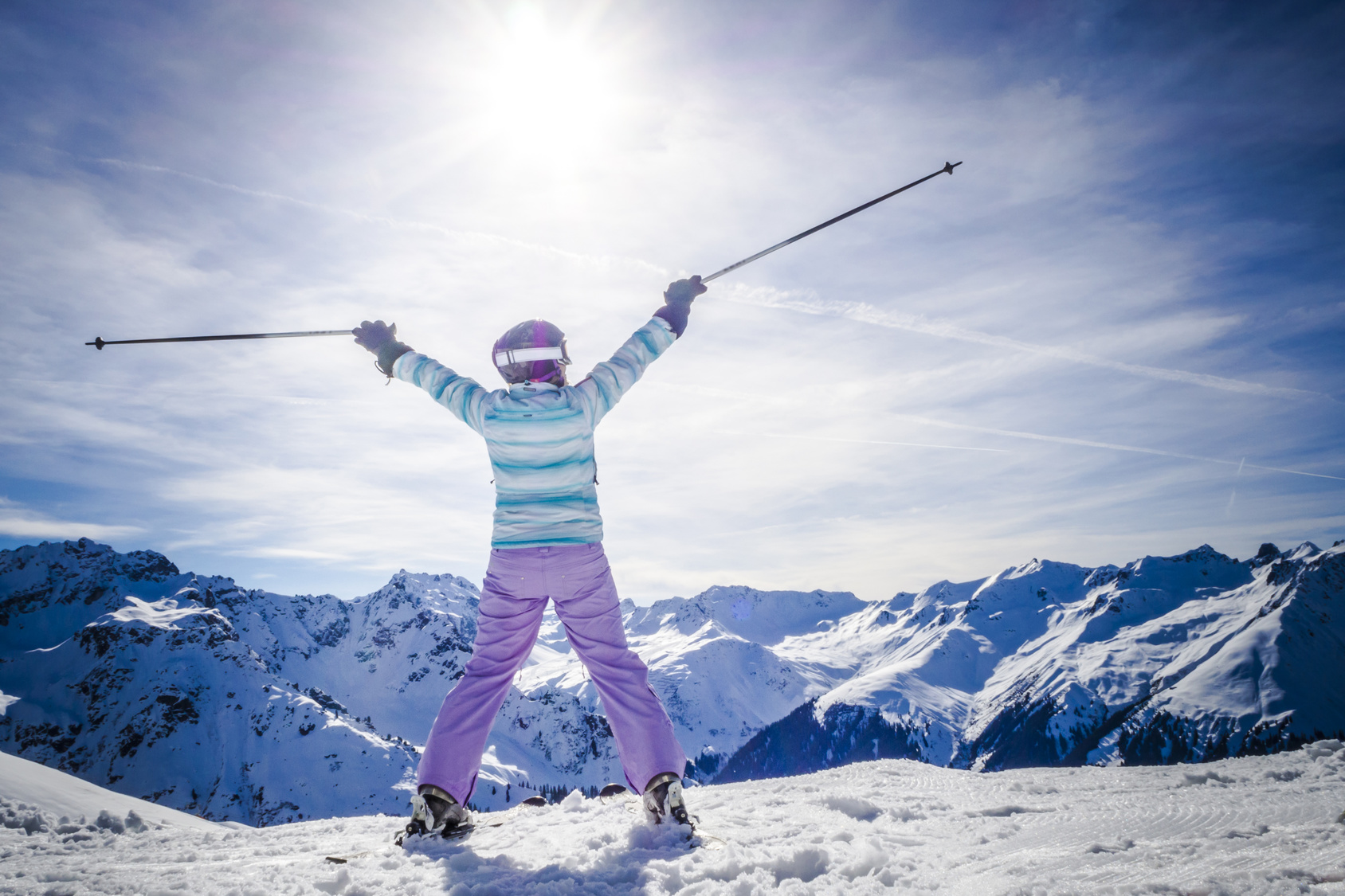 Portrait Frau lachend beim Skifahren